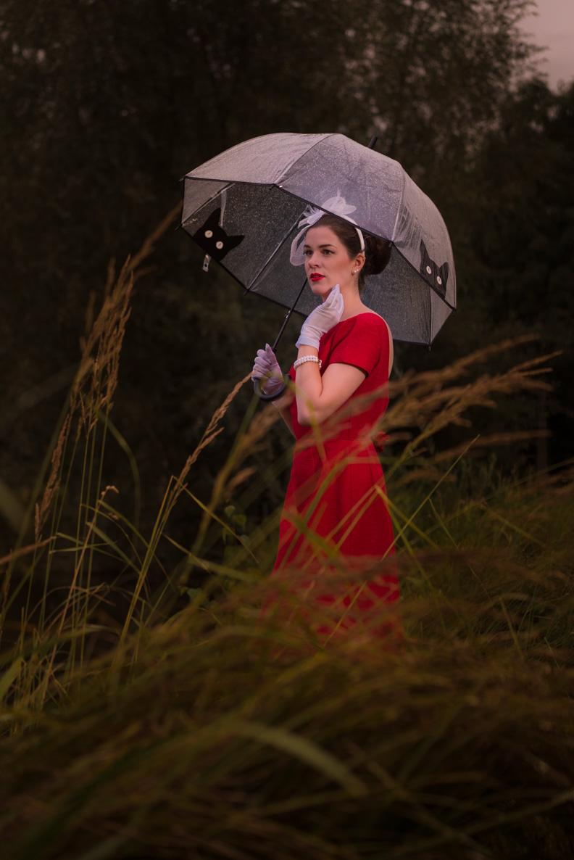 RetroCat mit Vintage-Kleid und Regenschirm