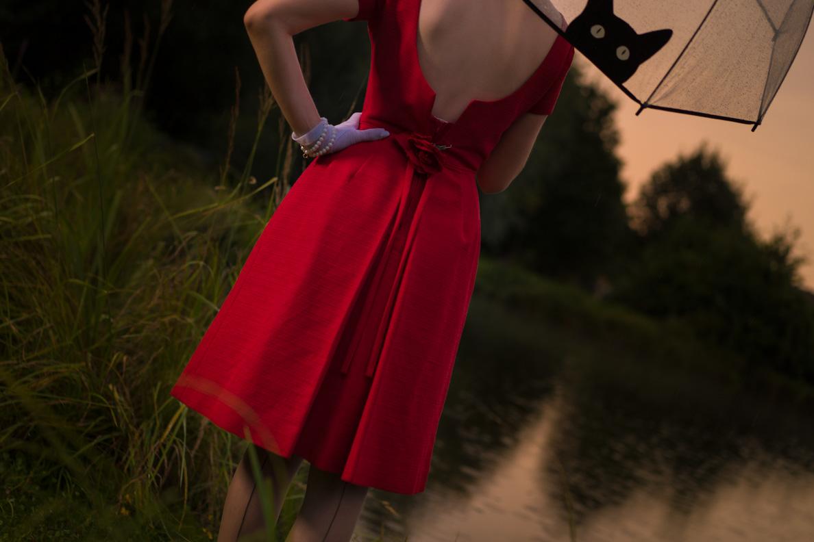 RetroCat in einem Vintage-Kleid mit tiefem Rückenausschnitt