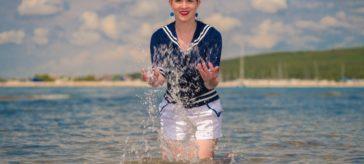 Splish splash: Ein maritimer Sommer-Look mit Segler-Top und Hotpants von Hell Bunny