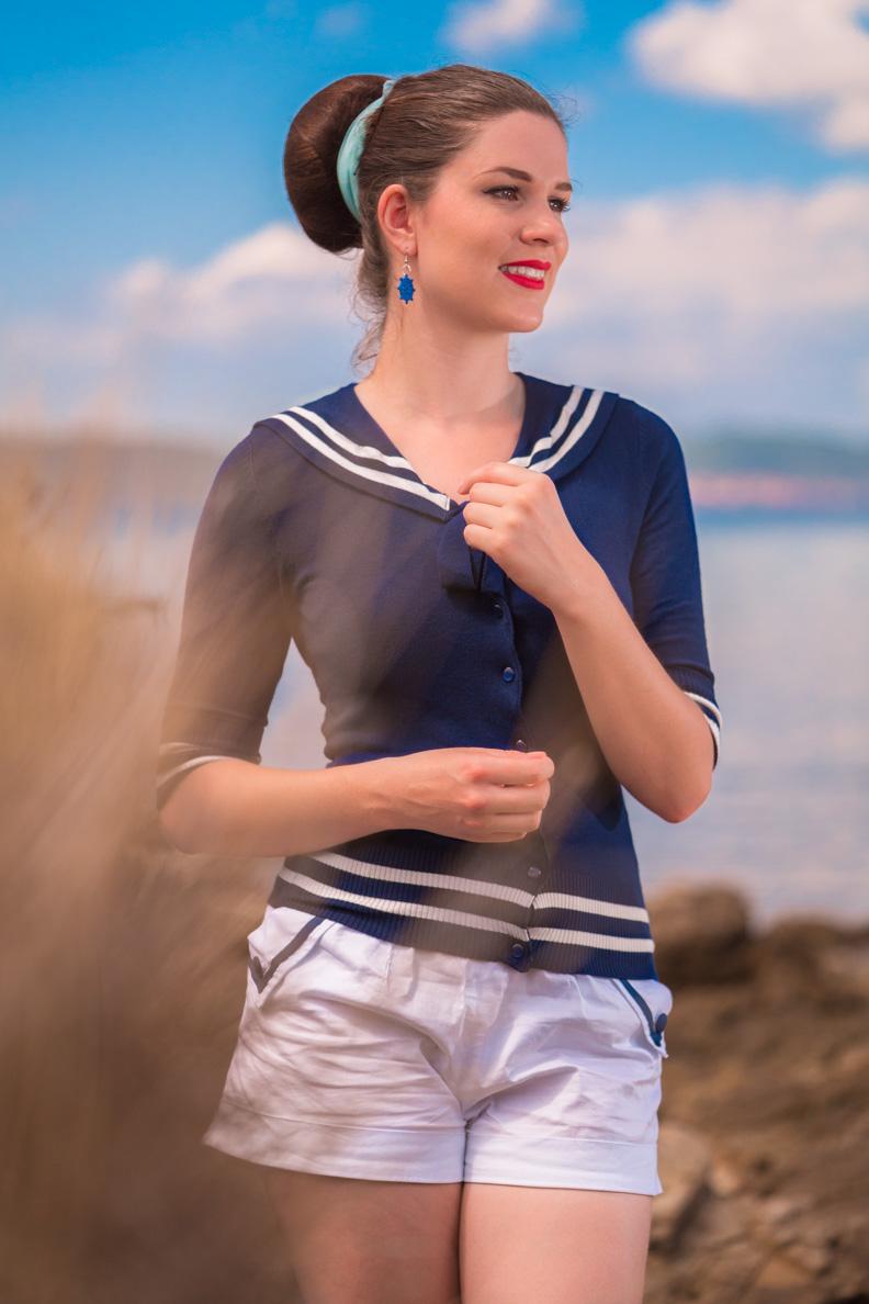 RetroCat in einem maritimen Outfit, bestehend aus Cardigan und Hotpants