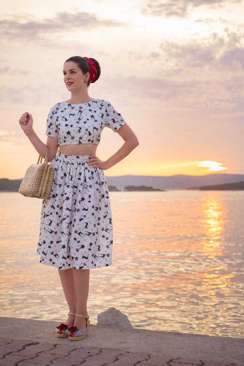 Vintage-Bloggerin RetroCat in einem bauchfreien Zweiteiler von Grünten Mode