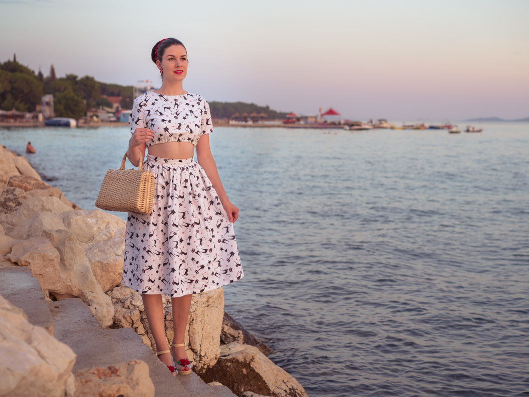 Fashion-Bloggerin RetroCat mit einem bauchfreien Ensemble in Kroatien