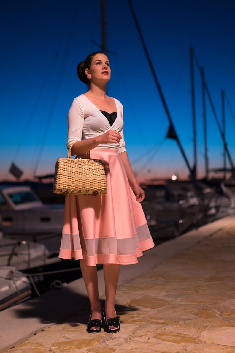 Fashion-Bloggerin RetroCat mit rosa Tellerrock und weißem Cardigan