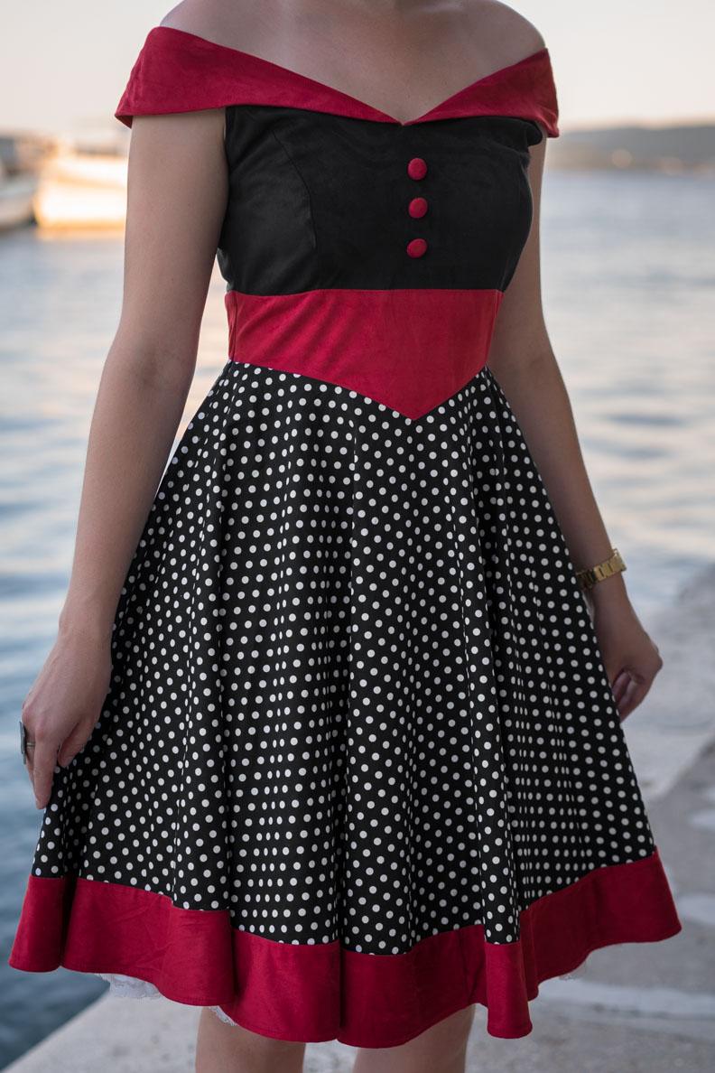 RetroCat in einem Retro-Kleid von BlackButterfly