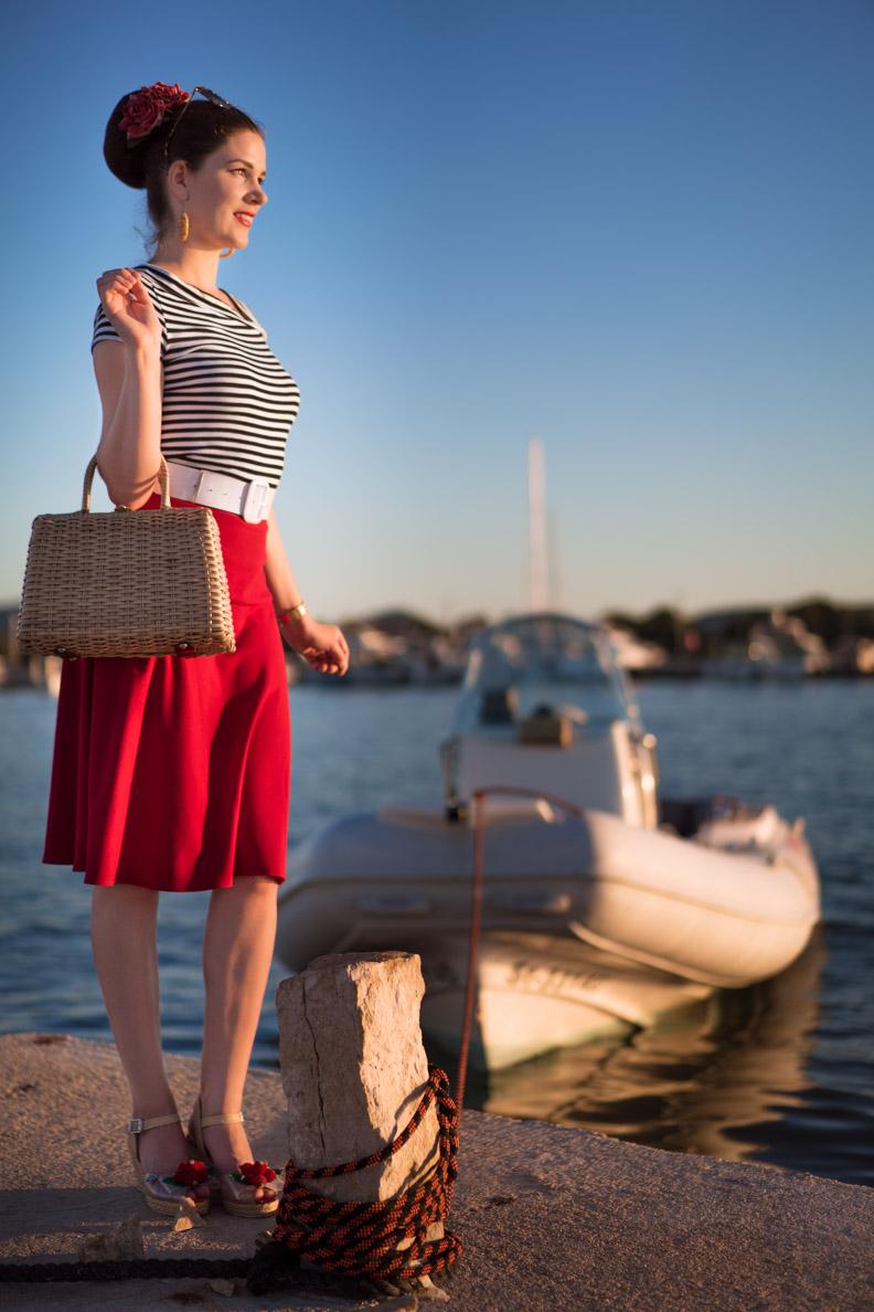 RetroCat in einem maritimen Vintage-Outfit im Urlaub