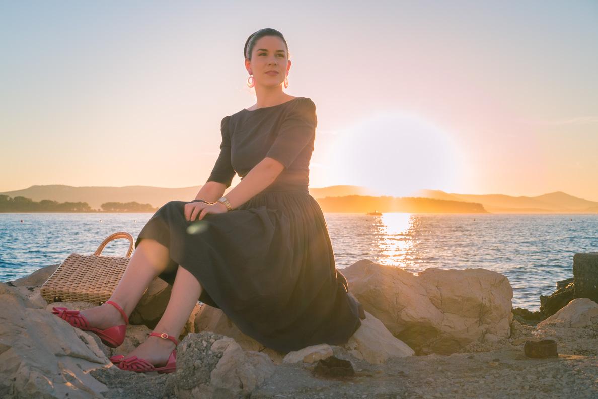 RetroCat mit einem Retro-Kleid vor dem Sonnenuntergang in Biograd