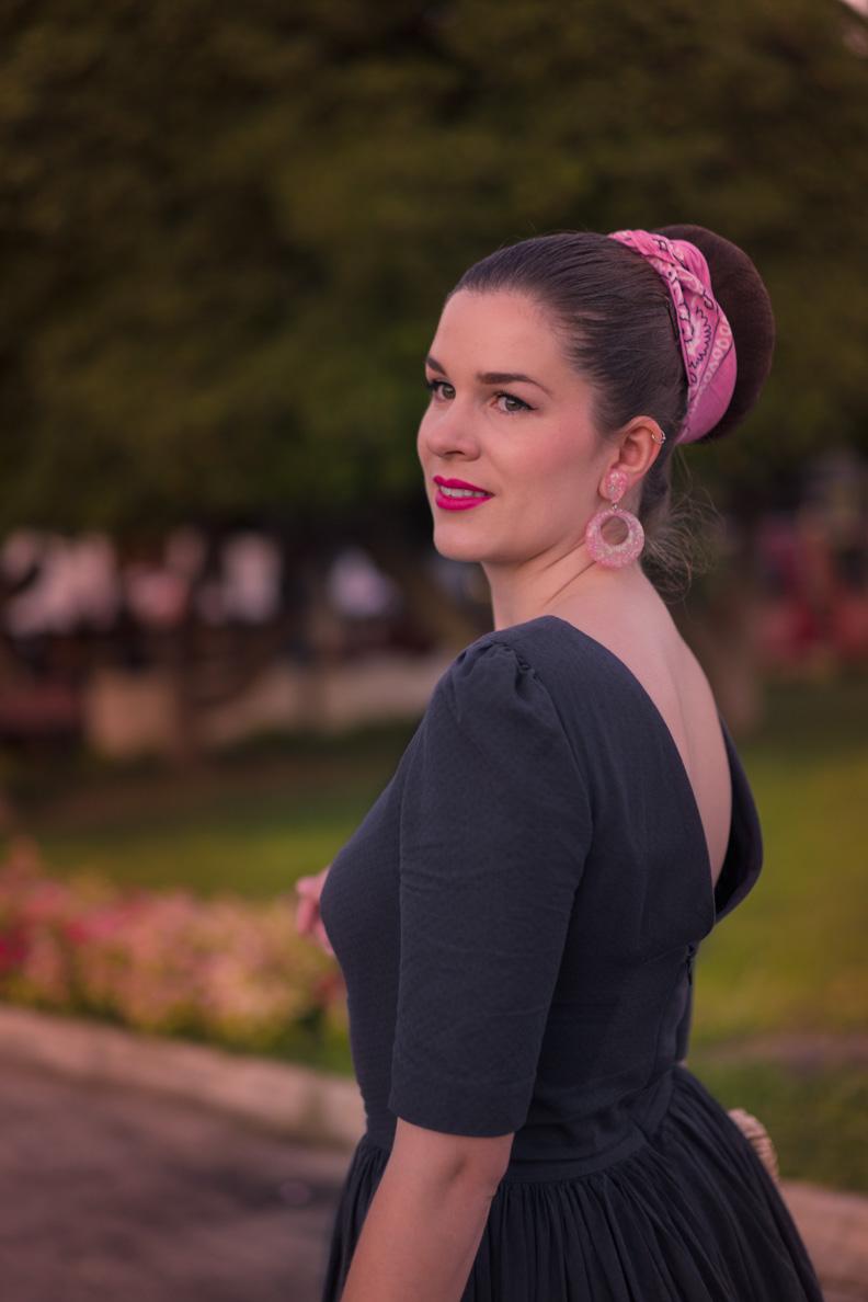 RetroCat mit 50er-Jahre-Kleid und pinken Accessoires