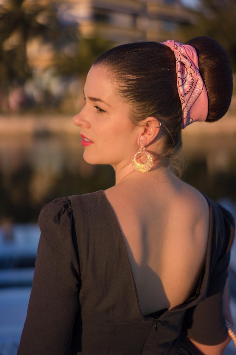 RetroCat in einem Vintage-Kleid mit Rückenausschnitt