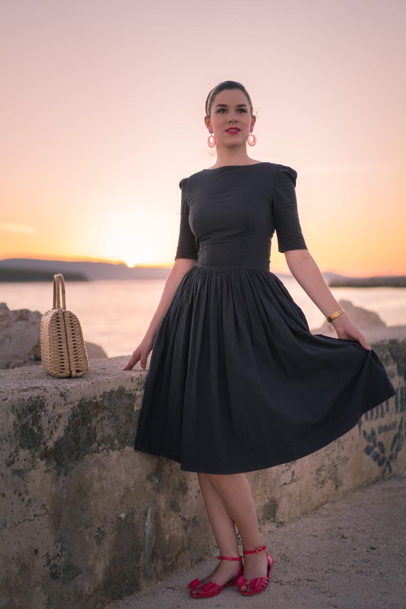 RetroCat in einem grauen 50er-Jahre-Kleid von Von 50'