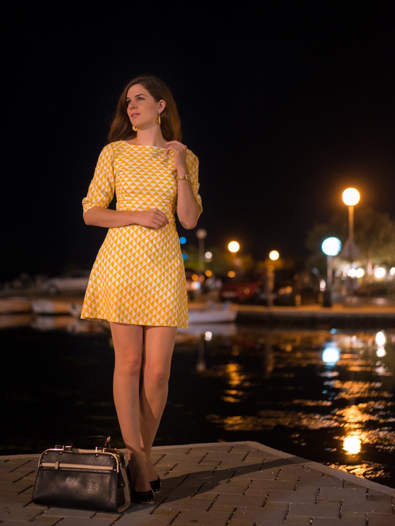 RetroCat in einem gelben Minikleid von Grünten Mode