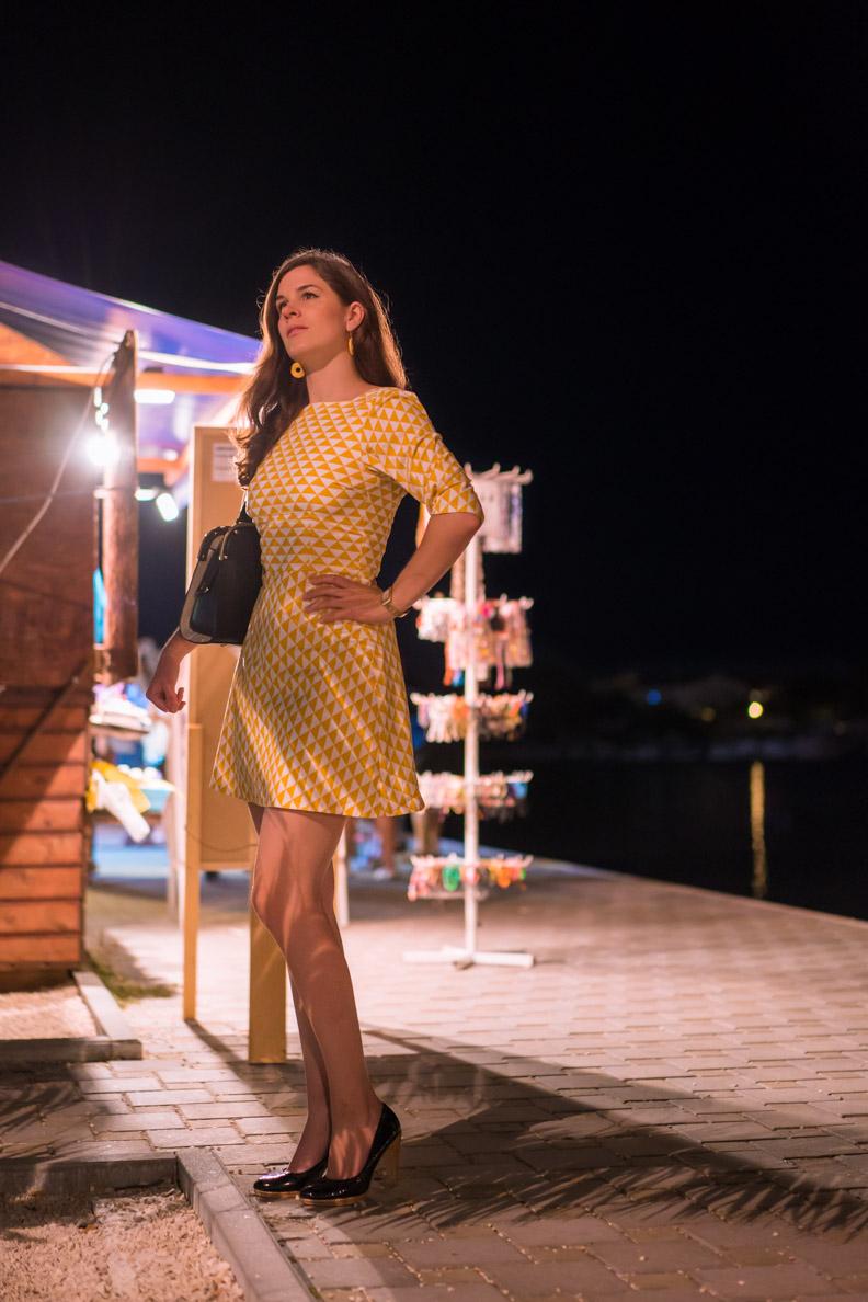Fashion-Bloggerin RetroCat in einem Retro-Kleid von Grünten Mode