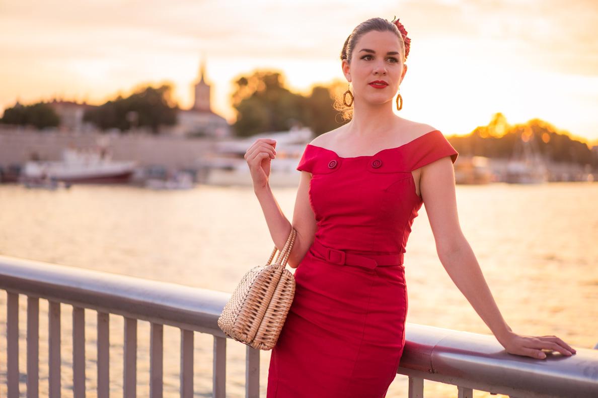 RetroCat in einem roten Vintage-Kleid mit tollen Details