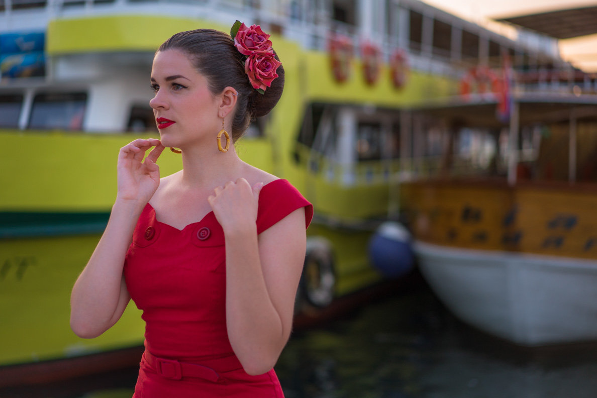 Fashion-Bloggerin RetroCat vor einem Schiff in Zadar