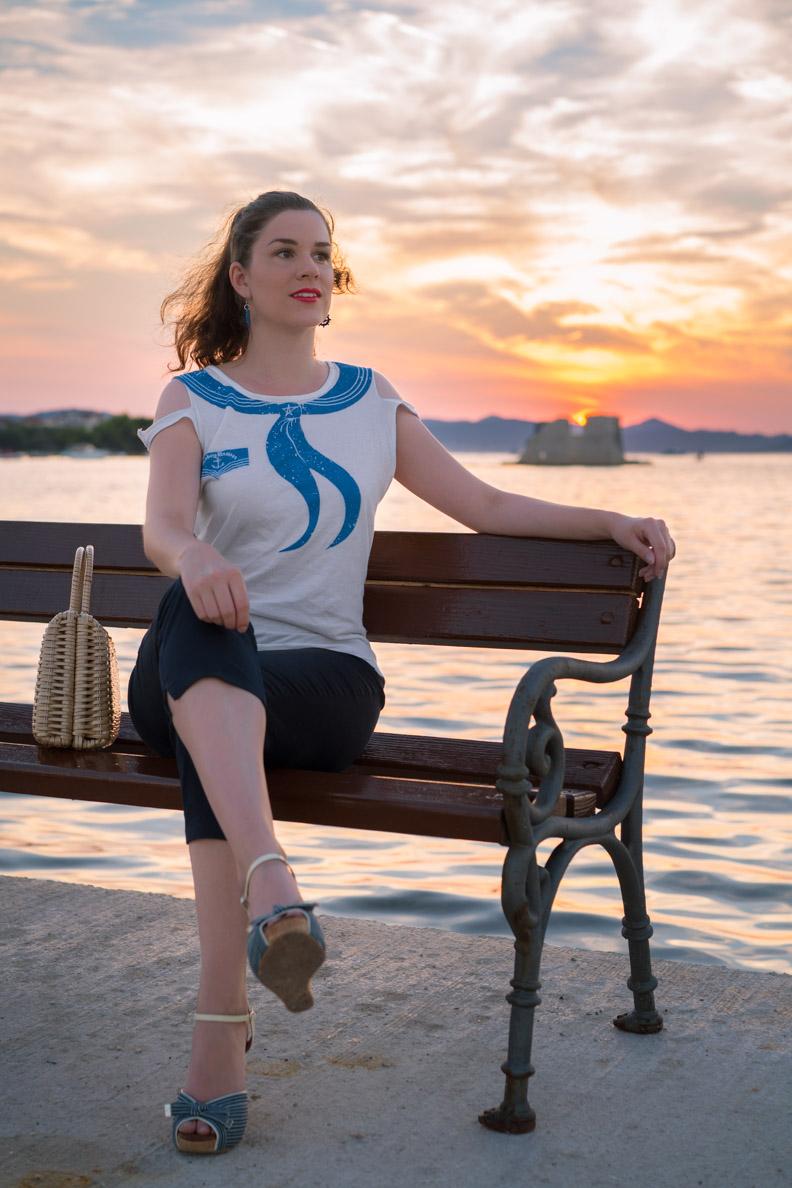 Fashion-Bloggerin RetroCat in einem maritimen Retro-Look in Kroatien