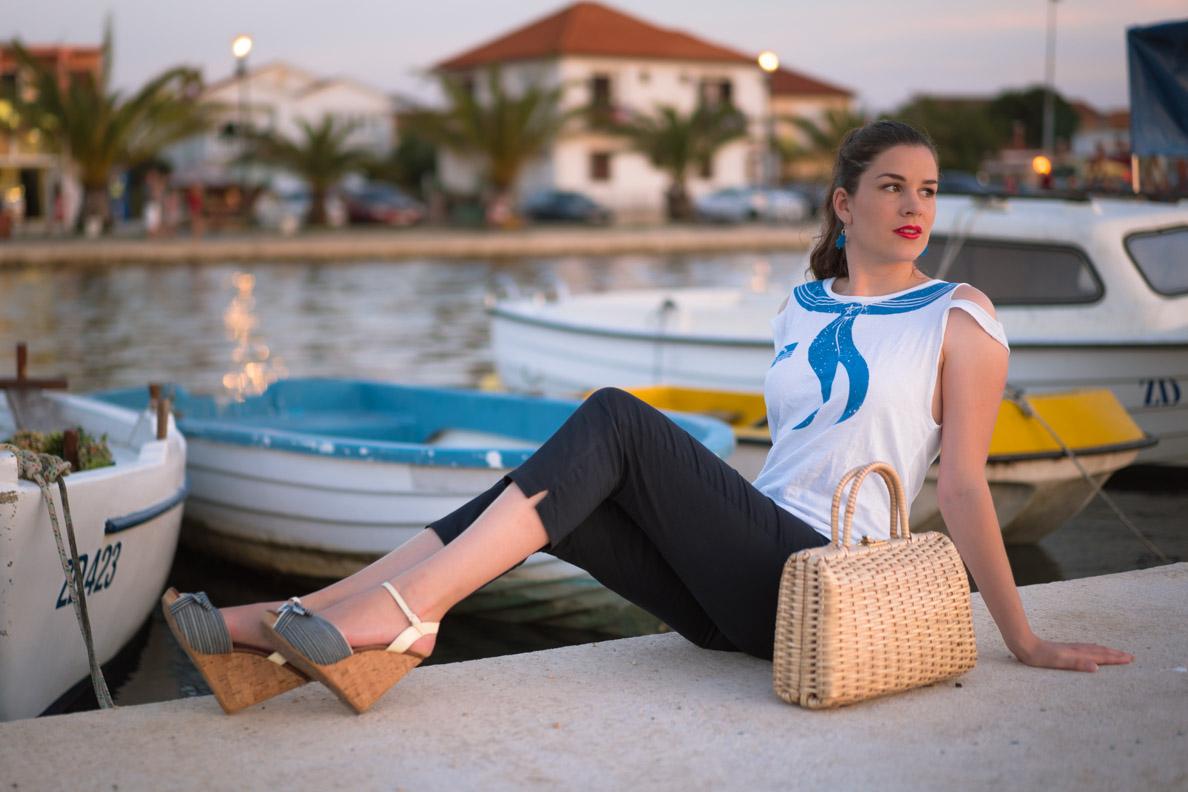 RetroCat in einem maritimen Vintage-Look an der Küste Kroatiens
