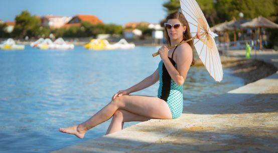 Bademode, die punktet: Ein blauer Retro-Badeanzug mit Polka-Dots von Banned Apparel