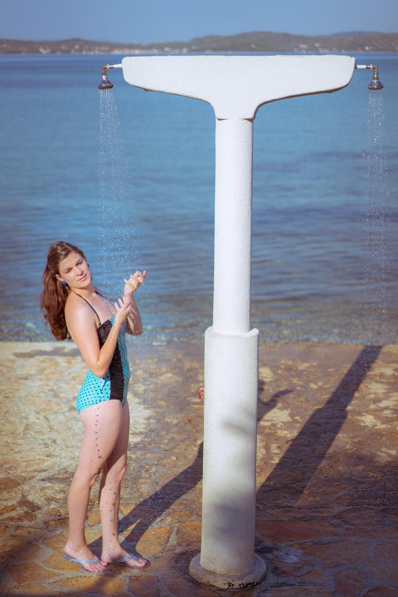 RetroCat beim Duschen am Strand