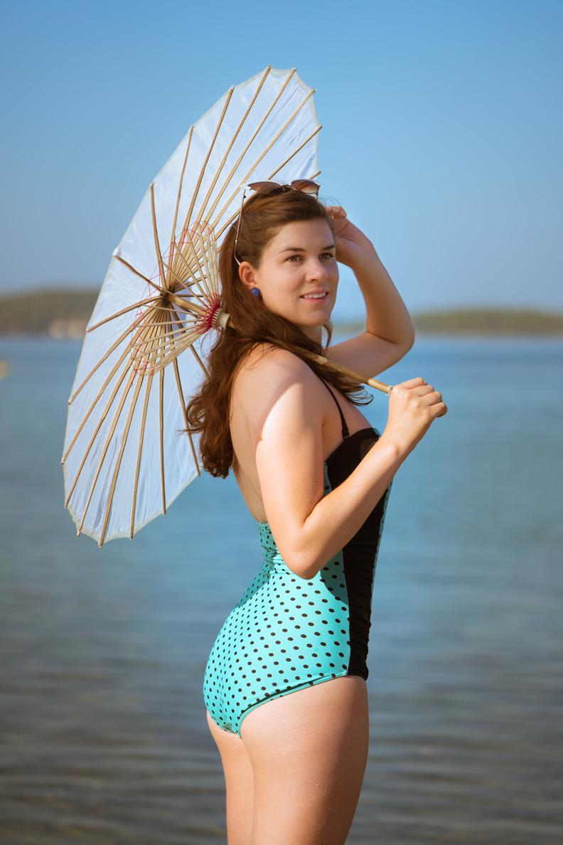 Vintage-Bloggerin RetroCat mit einem Badeanzug von Banned Apparel