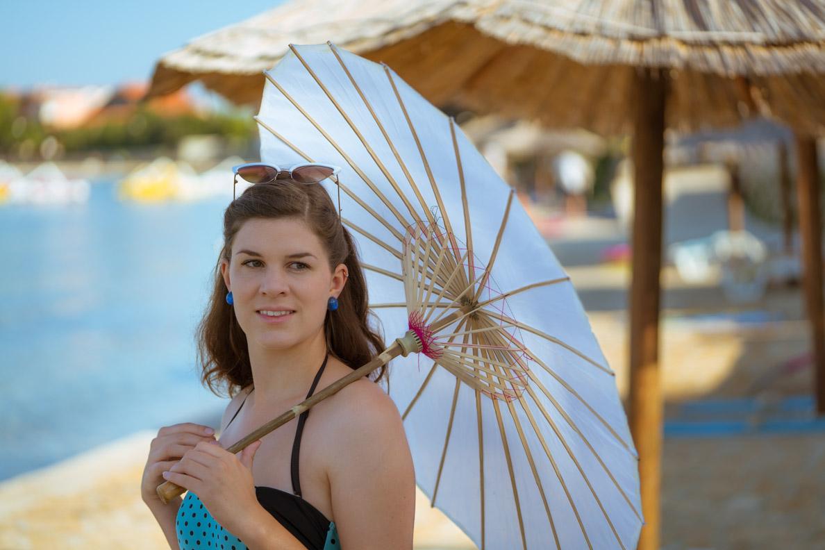 Vintage-Bloggerin RetroCat mit Badeanzug und Retro-Accessoires