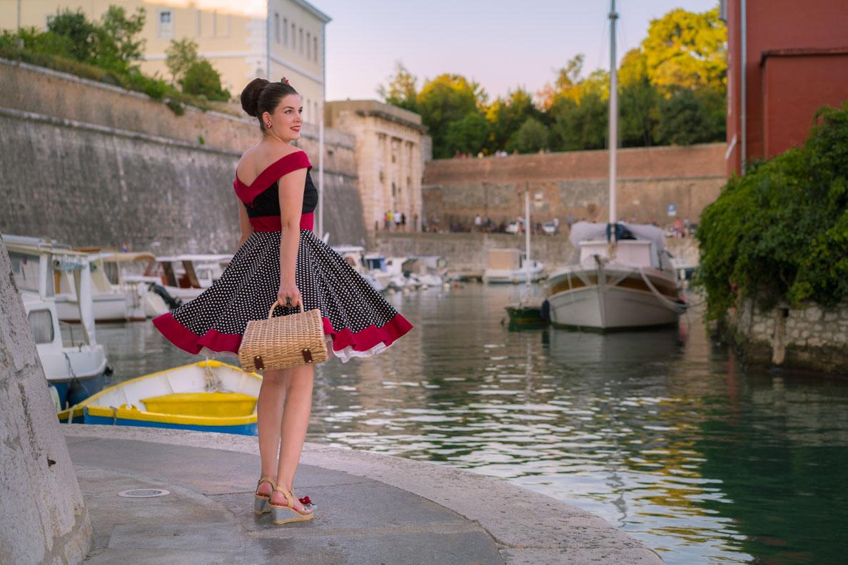 RetroCat mit einem schwingenden Retro-Kleid und Petticoat