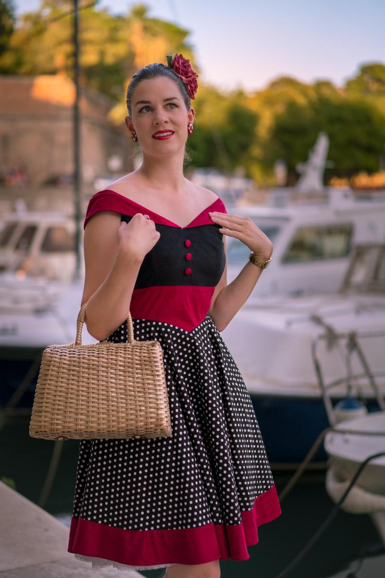 RetroCat in einem Kleid mit Polka-Dots von BlackButterfly