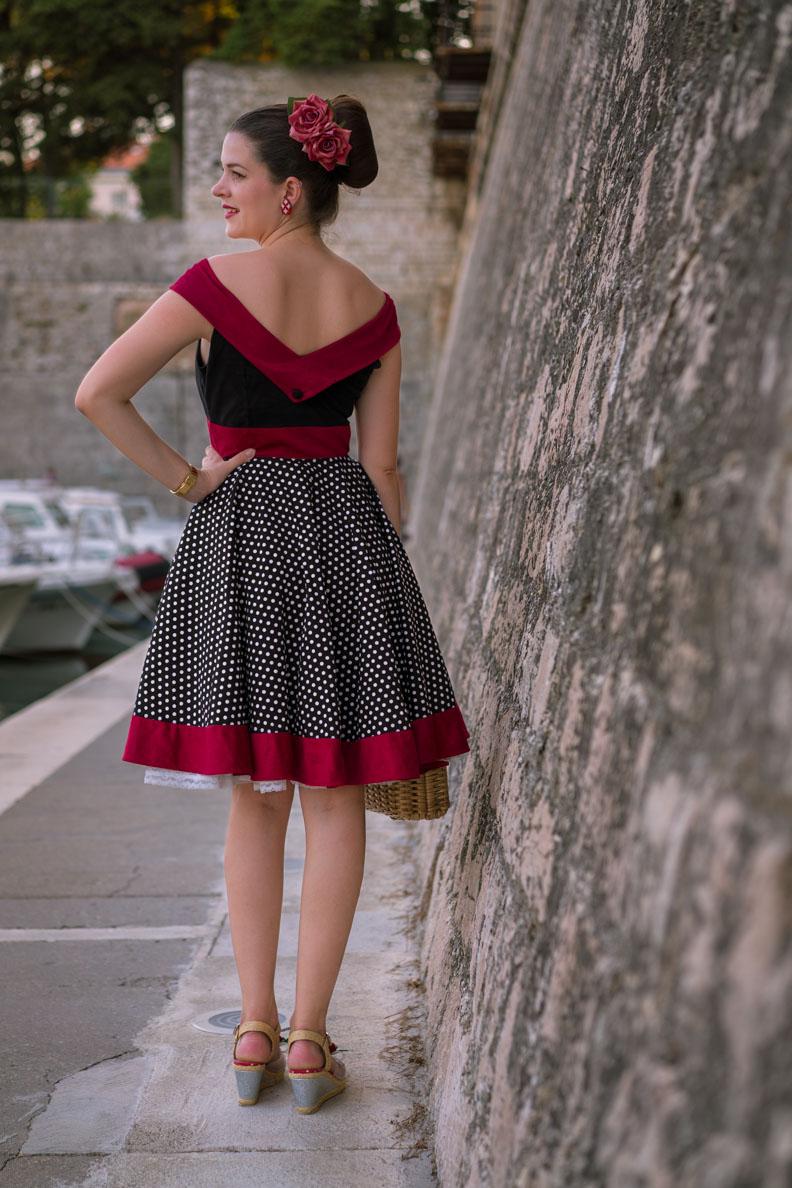 Vintage-Bloggerin RetroCat in einem sommerlichen Vintage-Kleid