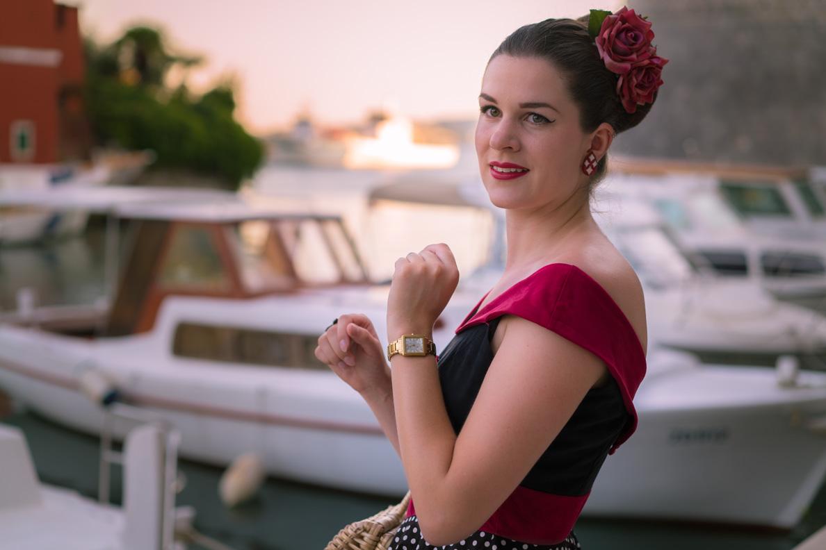 Retro-Bloggerin RetroCat mit 50er-Jahre-Kleid und Vintage-Accessoires