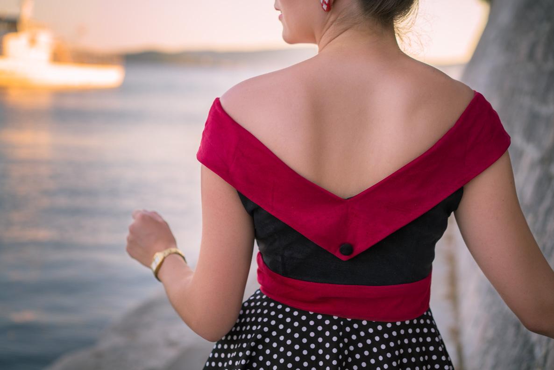 RetroCat in einem BlackButterfly-Kleid mit Rückenausschnitt