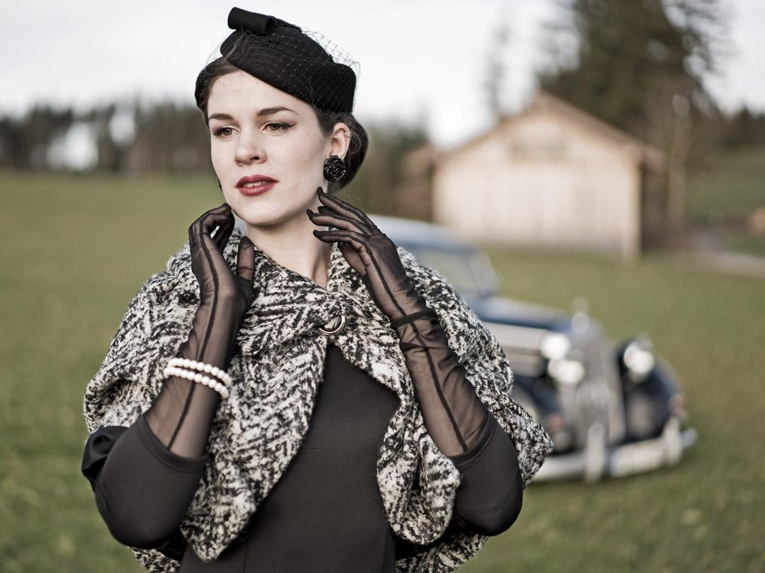Fashion-Bloggerin RetroCat mit einem eleganten Cape im Vintage-Stil