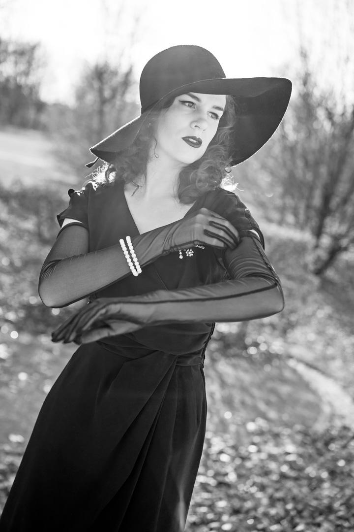 Sandra vom Vintage-Blog RetroCat mit langen Handschuhen von Secrets in Lace