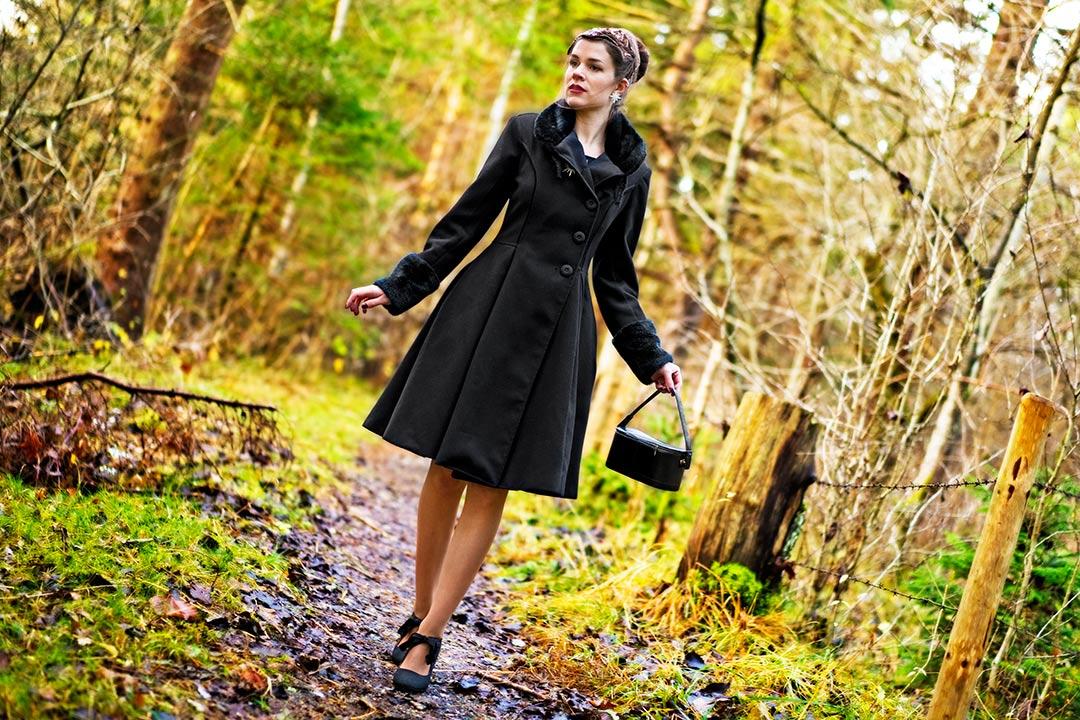 Vintage-Bloggerin RetroCat in einem Retro-Mantel für den Herbst