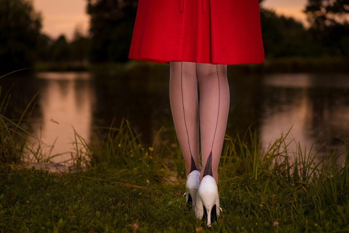 RetroCat mit Nahtstrümpfen und rotem Vintage-Kleid