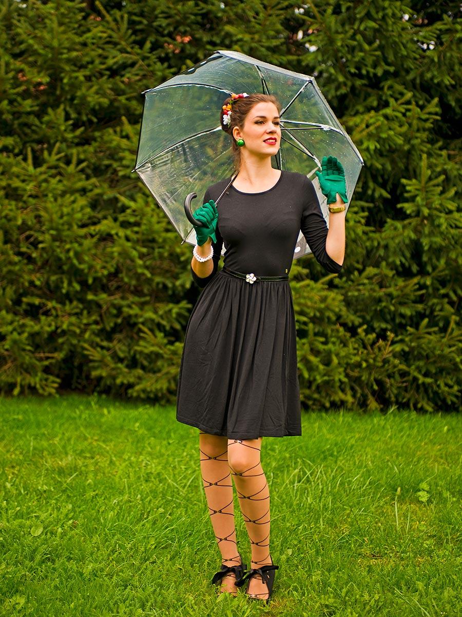 Fashion-Bloggerin RetroCat mit einem stylishen transparenten Regenschirm