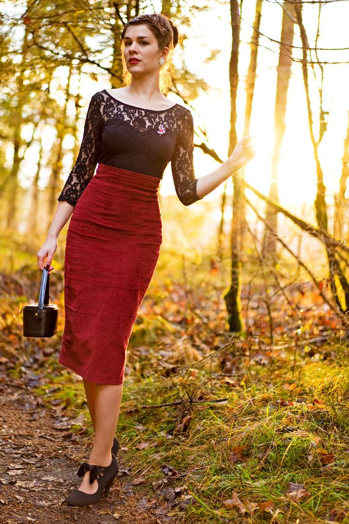 Mode-Bloggerin RetroCat mit einem roten Cord-Rock