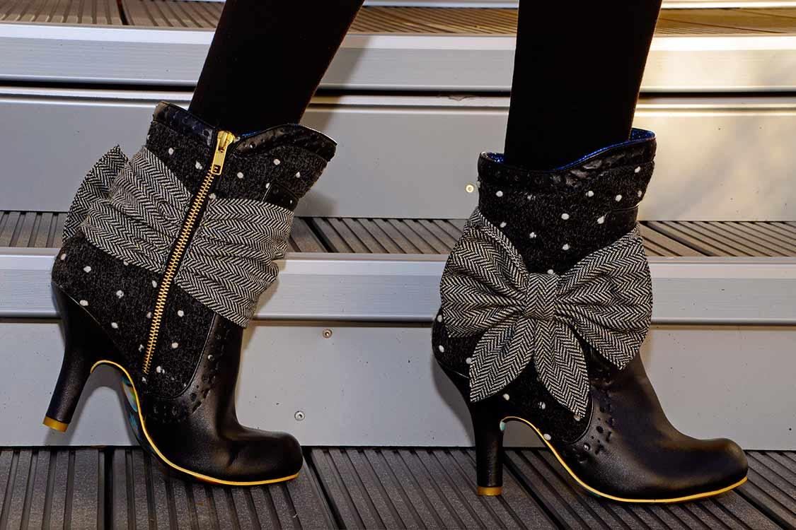 Fashion-Bloggerin RetroCat mit niedlichen Retro-Stiefeln von Irregular Choice
