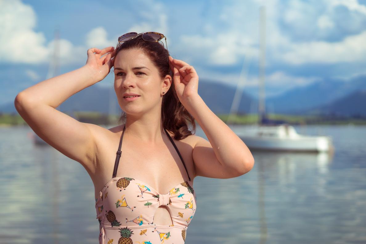 Vintage-Bloggerin RetroCat mit Badeanzug und Sonnenbrille von Miu Miu