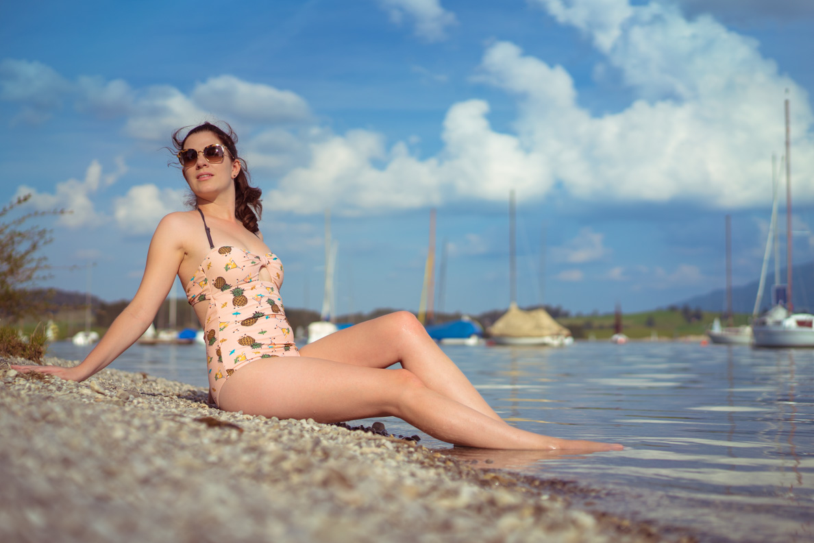 RetroCat mit einem Badeanzug im Vintage-Stil am Forggensee