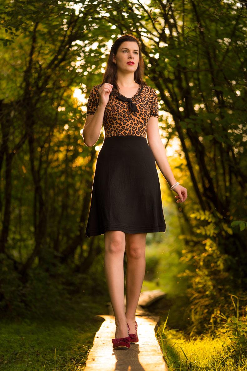 Fashion-Bloggerin RetroCat in einem Vintage-Kleid von Pussy Deluxe