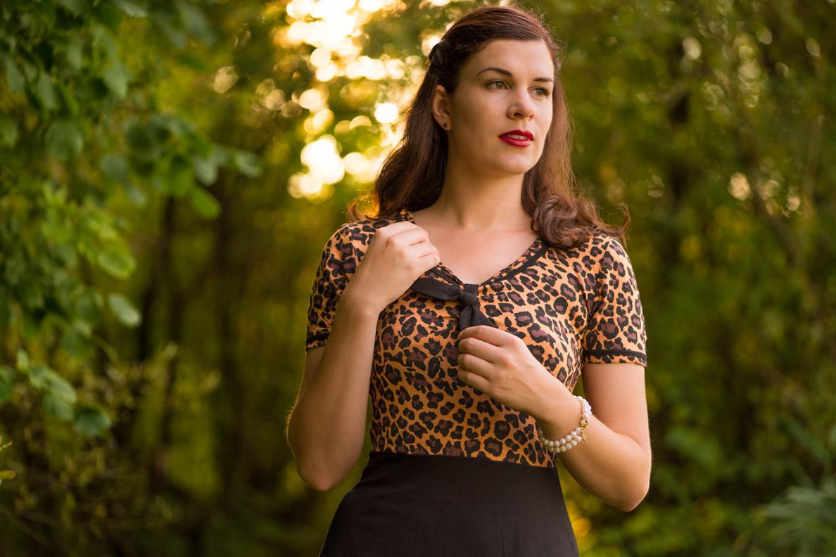 RetroCat in einem Retro-Kleid mit Leoparden-Print