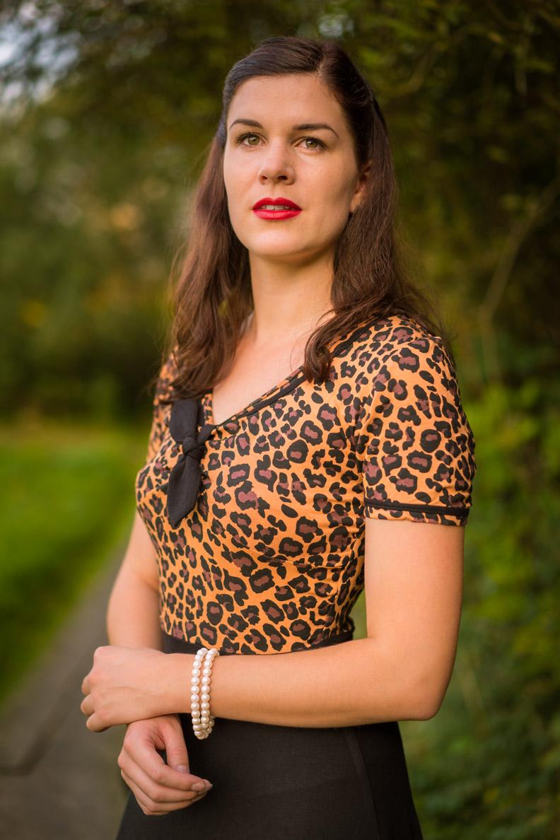 Sandra vom Vintage-Blog RetroCat in einem Kleid mit Leoparden-Print