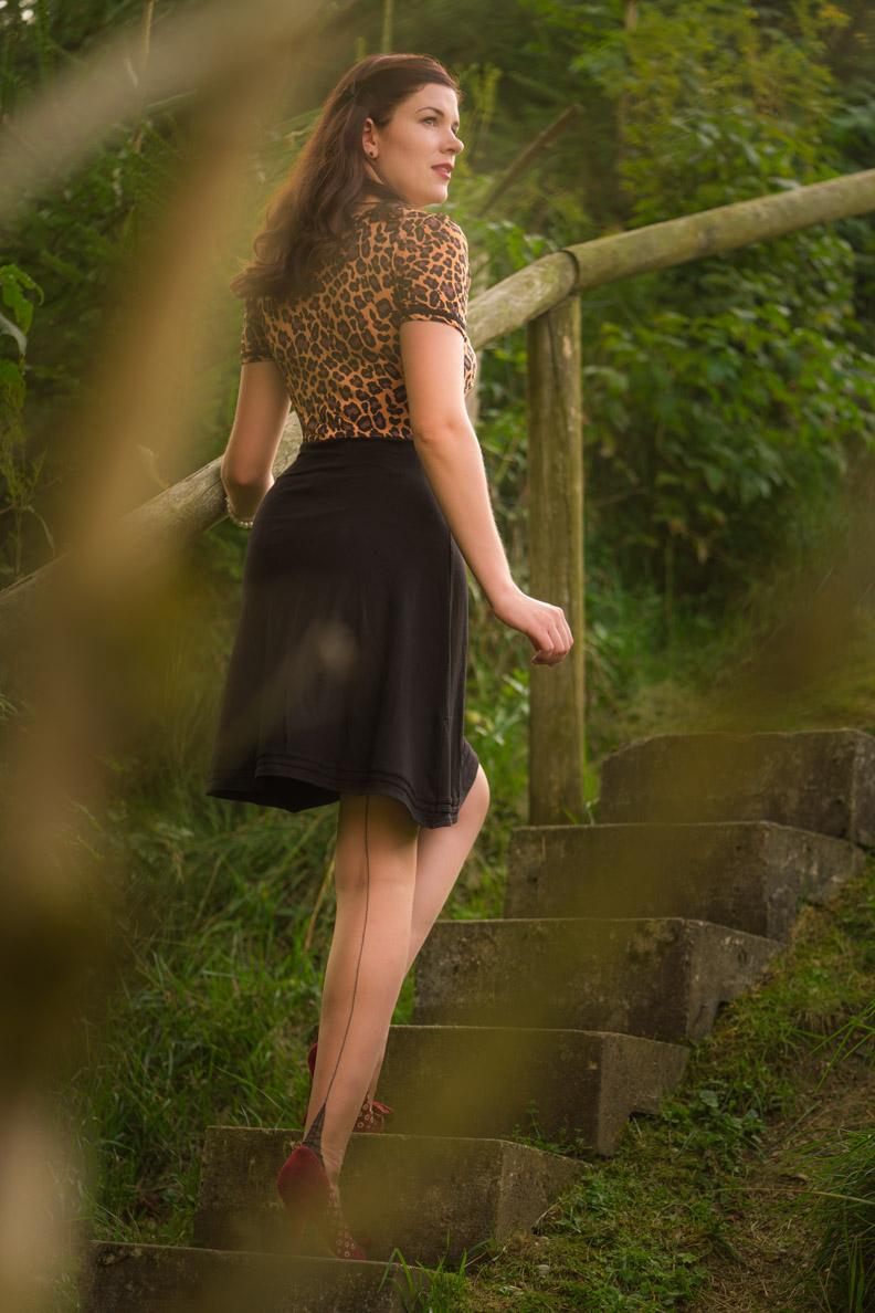 Sandra vom Vintage-Blog RetroCat mit Retro-Kleid und Nahtstrümpfen