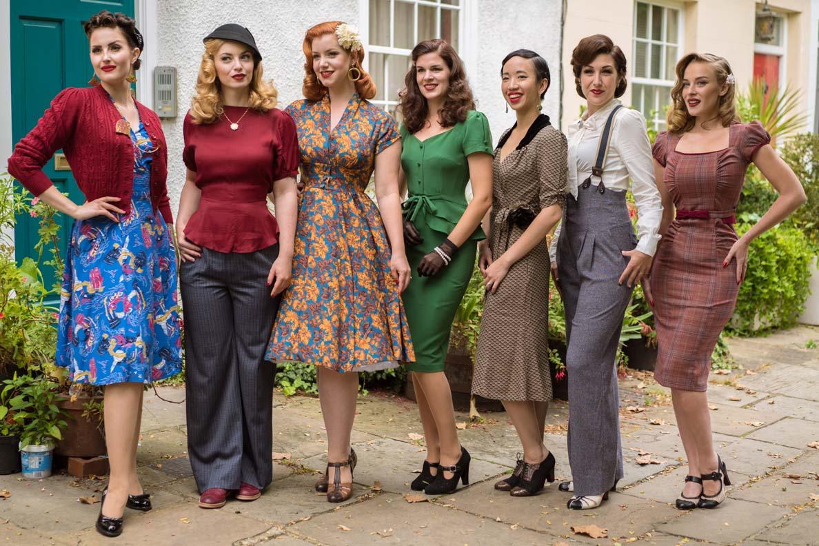 Ein Gruppenfoto mit Vintage-Bloggern in Herbstmode von Revival Retro
