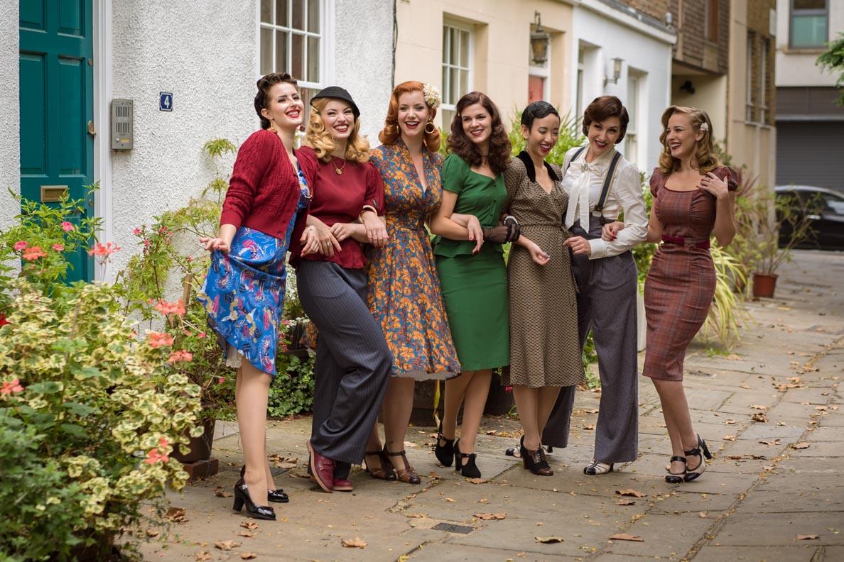 Vintage-Bloggerinnen aus Europa beim Fotoshooting für Revival Retro