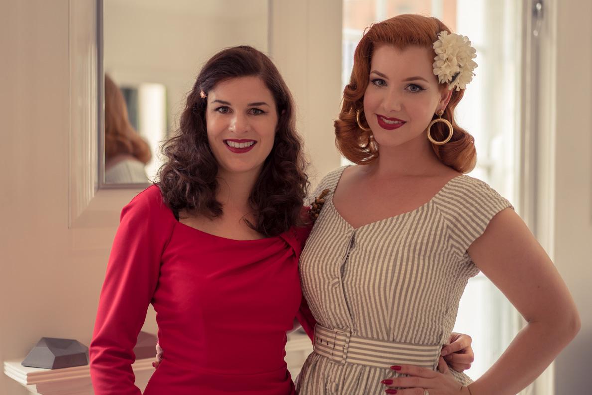 Die Vintage-Bloggerinnen RetroCat und Miss Victory Violet beim Fotoshooting