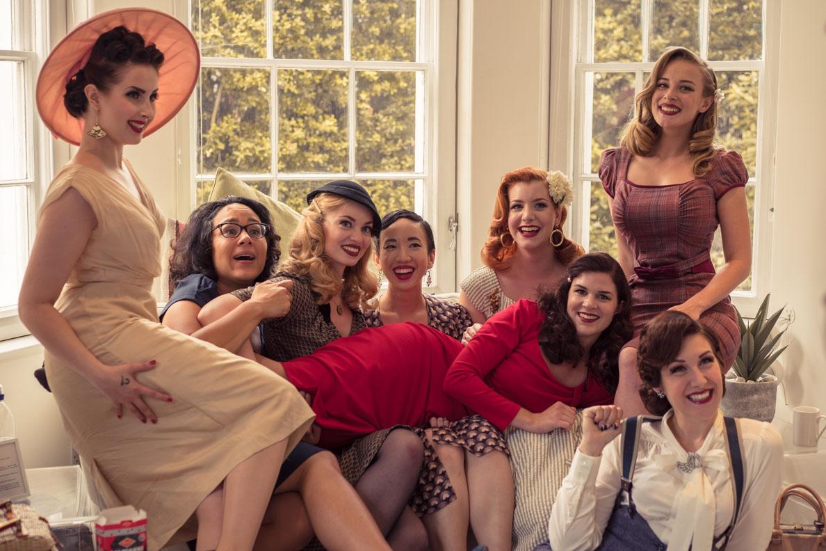 RetroCat und viele andere Vintage-Ladys auf einer Couch