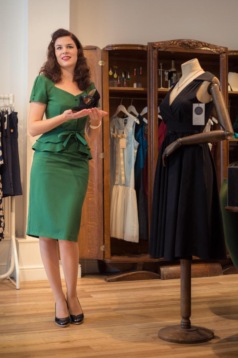 RetroCat in einem grünen 40er-Jahre-Kleid bei Revival Retro