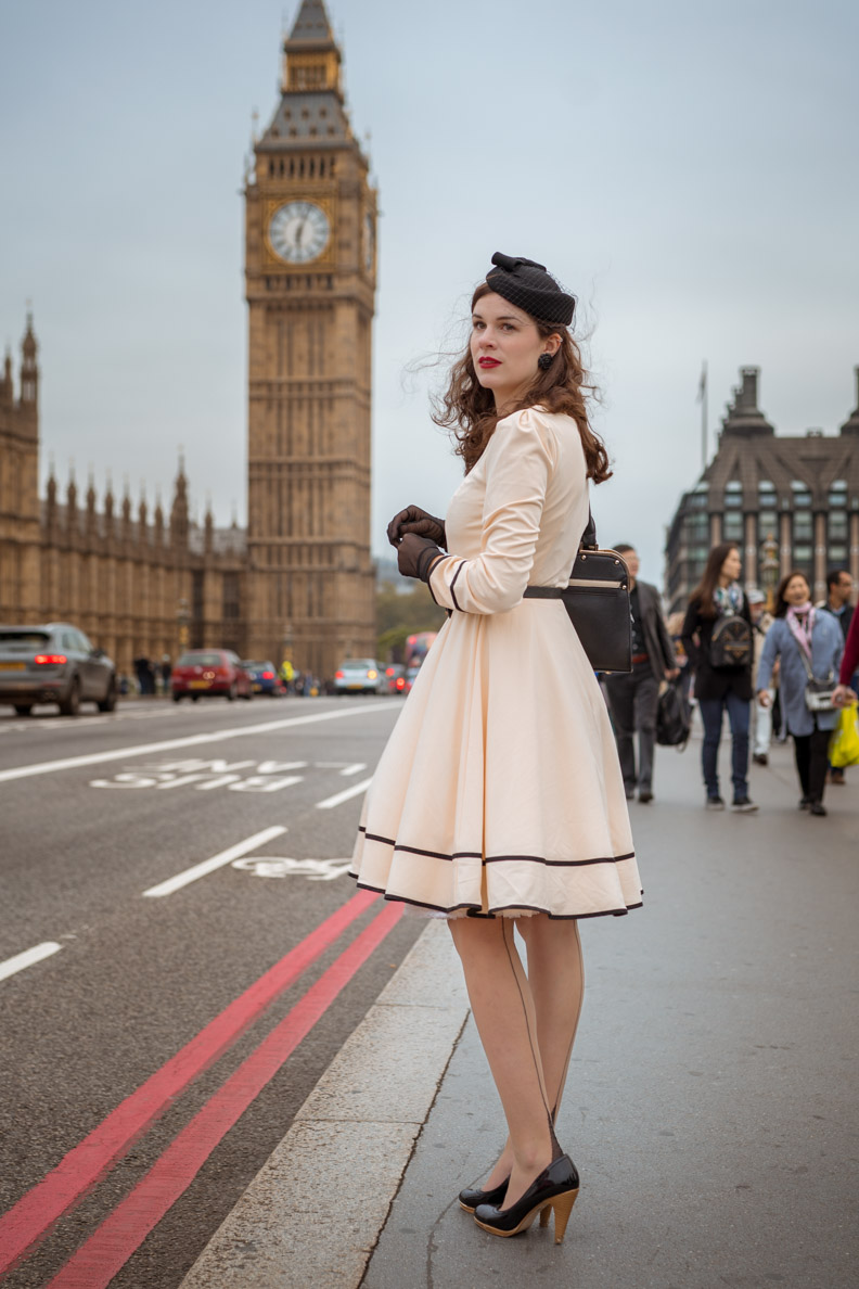 Fashion-Bloggerin RetroCat in einem 50er-Jahre-Outfit vor dem Big Ben in London