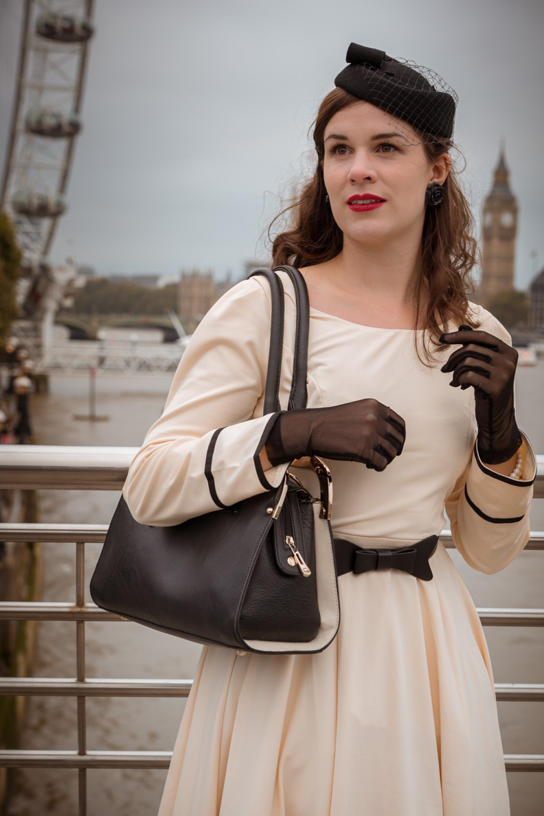Vintage-Bloggerin RetroCat in einem eleganten Retro-Outfit in London