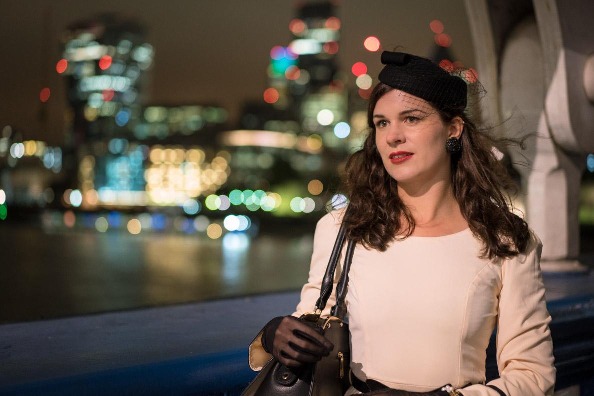 Sandra vom Vintage-Blog RetroCat vor der Skyline Londons
