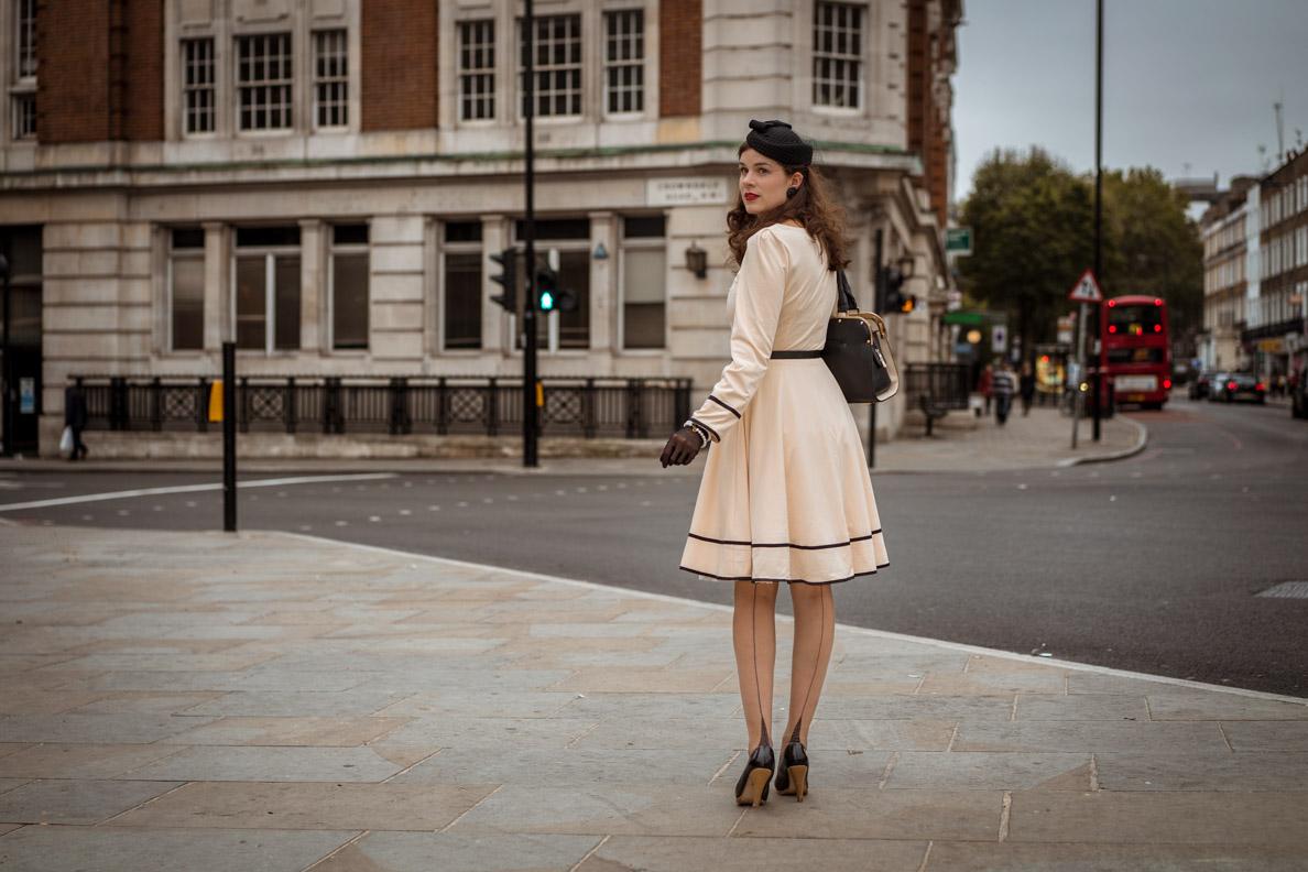 RetroCat mit Retro-Kleid, Hut, Handschuhen und Nahtstrümpfen in London